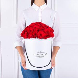 Kulatá krabice rudých růží