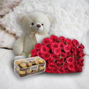 Nemáte čas ani nápady, čím jí udělat radost na narozeniny, výročí, Valentýna či jiné oslavy? Pak si objednejte náš speciální balíček! Ten obsahuje romantickou kytici z 21 rudých, bílých, nebo růžových růží doplněnou o roztomilého plyšového medvěda vysokého 90 cm. Celý set jí můžete naráz předat spolu s krabičkou vynikajícího Ferrero Rocher. A abyste se s tím vším nemusel zbytečně vláčet sám, pomůžeme vám a balíček zavezeme kamkoli si jen budete přát!